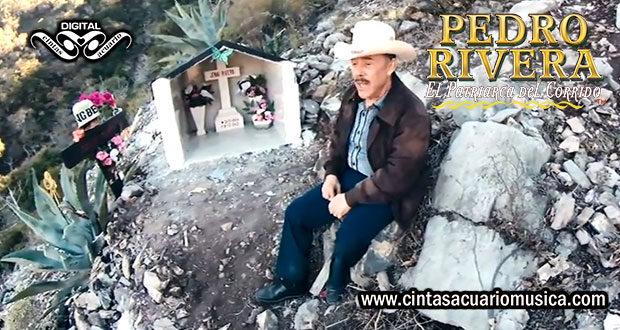 Pedro Rivera cantando en la tumba de Jenni Rivera